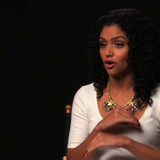 Bianca Santos über Isabells Glauben an das Ouijabrett - OV-Interview