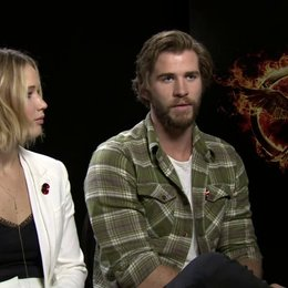 Jennifer Lawrence - Katniss Everdeen - und Liam Hemsworth - Gayle Hawthorne - über Gayle in Mockingjay Teil 1 - OV-Interview Poster