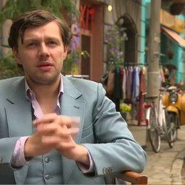 CHRISTIAN FRIEDEL - Andrej - darüber, warum sie im Film ohne russischen Akzent sprechen - Interview Poster