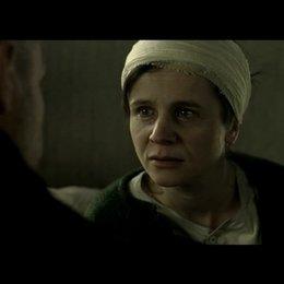 Anton umsorgt Eugenia in der Krankenstation nachdem Eugenia zusammengebrochen ist - Szene