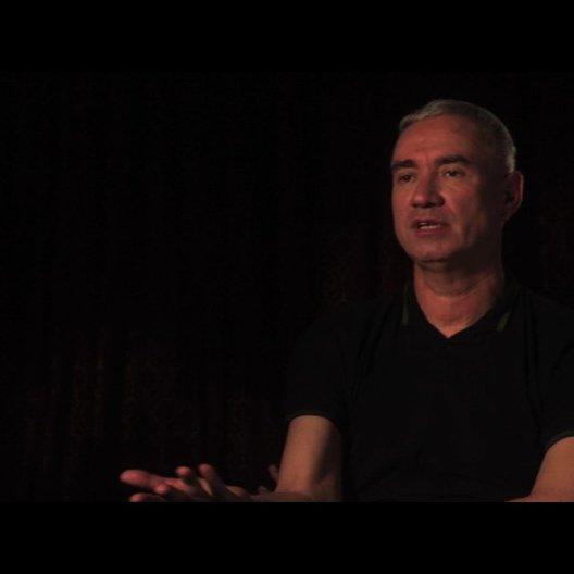 Roland Emmerich über das Thema des Films - OV-Interview Poster