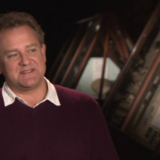 Hugh Bonneville - Mr Brown - über Paddingtons Beziehung zu der Familie Brown - OV-Interview Poster