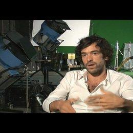 Romain Duris über sein Vergnügen an physischen Szenen - OV-Interview Poster