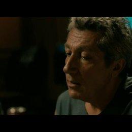 Der frisch getrennte Thomas (Max Boublil) findet bei Gilbert (Alain Chabat) Unterschlupf - Szene