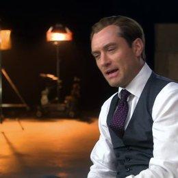 Jude Law darüber die Beziehung zwischen Bradley Fine und Susan Cooper zu erschaffen - OV-Interview Poster