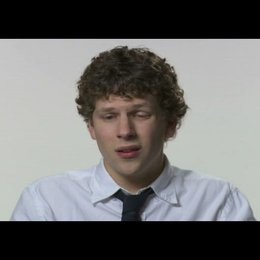 "Jesse Eisenberg (""Mark Zuckerberg"") über David Fincher - OV-Interview Poster"