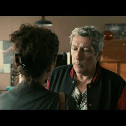 Lola (Mélanie Bernier) besucht Gilbert (Alain Chabat) während Thomas (Max Boublil) dort duscht - Szene