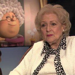 Betty White über Grammy Norma und die Bäume - OV-Interview Poster