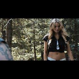 Allison (Katrina Bowden) hilft Dale (Tyler Labine) beim Ausheben eines Loches - Szene Poster