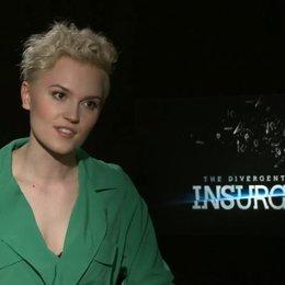 Veronica Roth - Autorin - über den besonderen Insurgent-Cast - OV-Interview Poster
