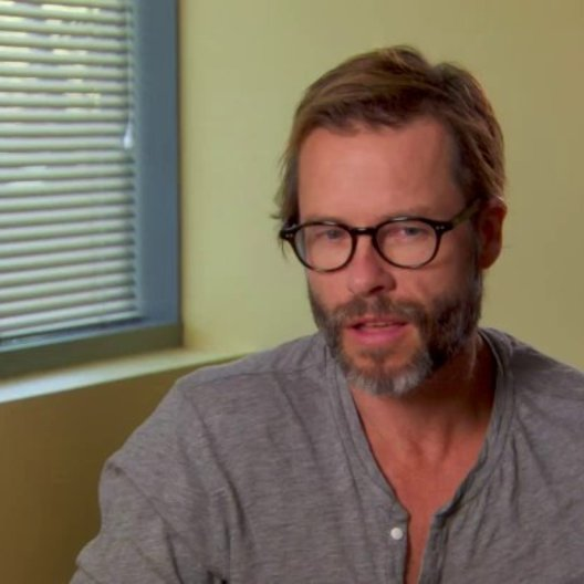 Guy Pearce - Aldrich Killian - über die Zusammenarbeit mit Gwyneth Paltrow - OV-Interview Poster