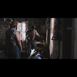 Tucker (Alan Tudyk) und Dale (Tyler Labine) versuchen aus den Angriffen der Kids schlau zu werden - Szene Poster