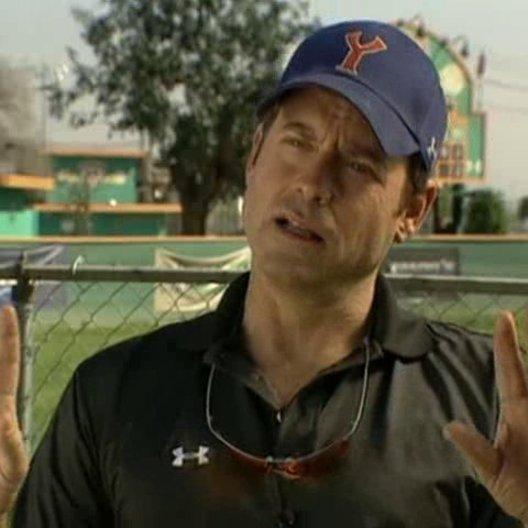 Greg Kinnear über seinen Part als ehrgeiziger Roy Bullock und die Kinder-Baseball-Liga. - OV-Interview Poster