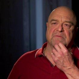 John Goodman - Frank - was den Zuschauern am Film gefallen wird - OV-Interview Poster