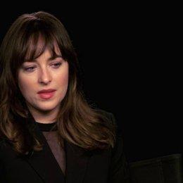 Dakota Johnson über das Set und die Szenen im Spielzimmer - OV-Interview