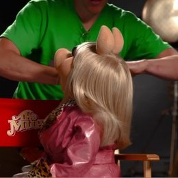 Mit MISS PIGGY am Set von Die Muppets - Featurette Poster