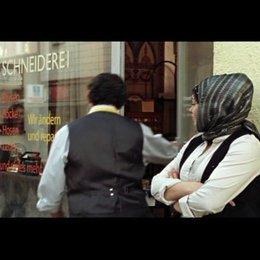 Die Schwestern Ayla und Hülya treffen sich vor der Schneiderei - Szene Poster