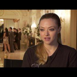 Amanda Seyfried (Sylvia Weis) über das, was die Zuschauer erwarten können - OV-Interview Poster