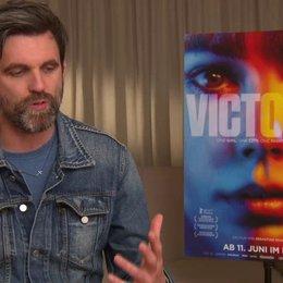 Sebastian Schipper - Regisseur - darüber weshalb Victoria eine Spanierin ist - Interview Poster