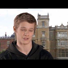 Lucas Till über Havoks X-Men-Anzug - OV-Interview Poster