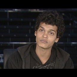 """Madhur Mittal """"Salim"""" - über das Verhältnis von """"Salim"""" und """"Jamal"""" im Film - OV-Interview Poster"""