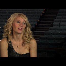 """Gwyneth Paltrow (""""Kelly Canter"""") über Kellys Beziehung zu den beiden Männern - OV-Interview Poster"""