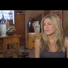 Jennifer Aniston (Nicole Hurley) über die außergewöhnlichen Dreharbeiten - OV-Interview Poster
