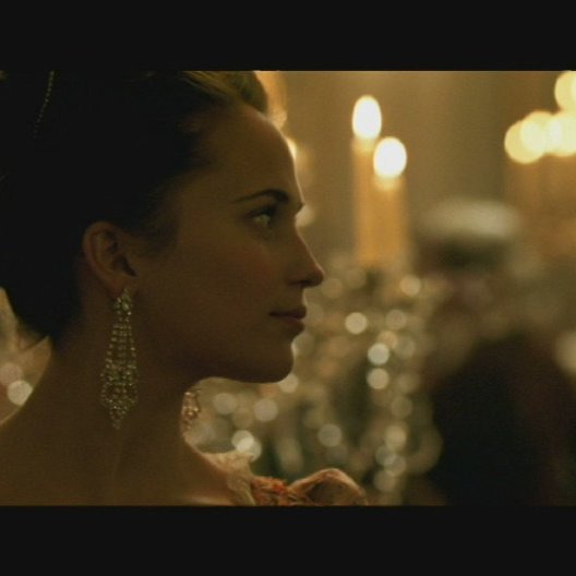 Strünsee und Caroline tanzen gemeinsam auf dem Hofball - Szene Poster