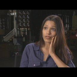Freida Pinto (Caroline Aranha) über die Reaktionen auf den Film die sie vom Publikum erhofft - OV-Interview Poster