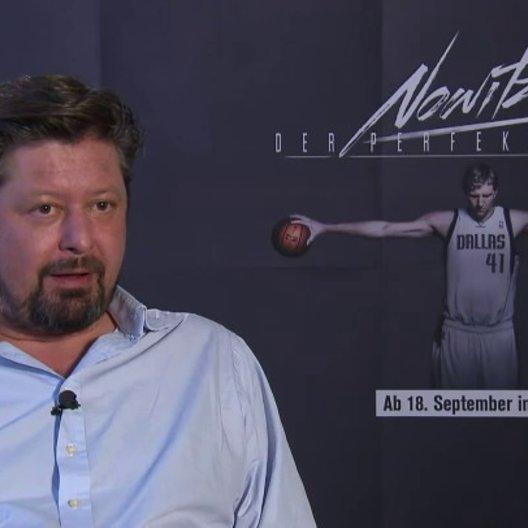 Sebastian Denhardt (Regie) darüber wie er selbst Dirk Nowitzki erlebt hat - Interview Poster