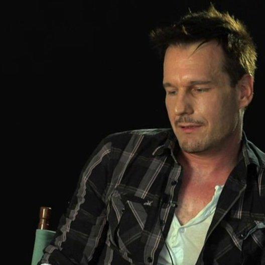 Michael Eklund über seine Vorbereitung auf die Rolle - OV-Interview Poster