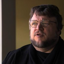 Guillermo del Toro über Nikolaj Coster Waldaus magnetische Wirkung im Film - OV-Interview Poster