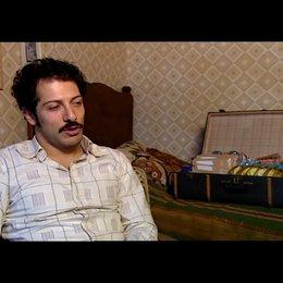 Fahri Yardim (Hüseyin - jung) über Hüseyin - Interview Poster