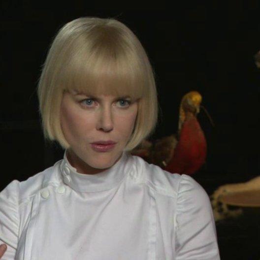 Nicole Kidman - Milicent - über die Entstehung von Milicents Look - OV-Interview Poster