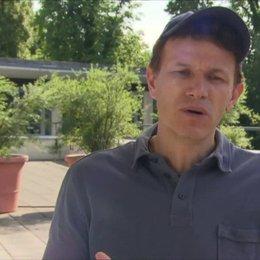 Gregor Schnitzler - Regisseur - über Richy Müller und seine Rolle Hoefi - Interview Poster