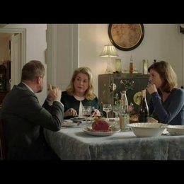 Auch beim näheren Kennenlernen von Sophies Familie, ahnt Marc immer noch nicht, das Sophie Sylvies Schwester ist - Szene