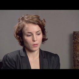 Noomi Rapace (Lisbeth Salander) über Lisbeths Freunde und Feinde - OV-Interview Poster