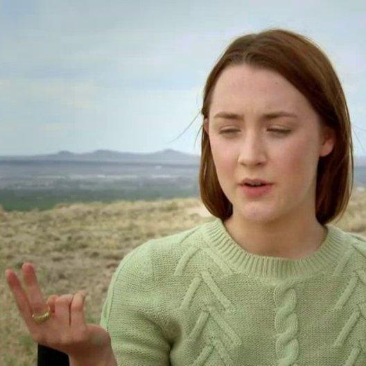 Saoirse Ronan über die komplexe Liebesgeschichte des Films - OV-Interview Poster