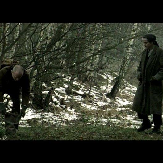 Anton und Eugenia sammeln Heilkräuter im Wald - Szene