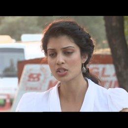 """Tena Desae - """"Sunaina"""" über die Zusammenarbeit mit Dev Patel - OV-Interview Poster"""
