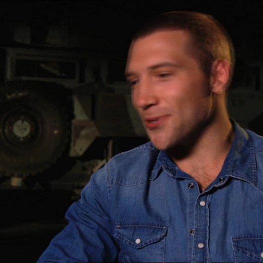 Jai Courtney (Jack McClane) über die Erfahrungen von McClane und Jack - OV-Interview Poster
