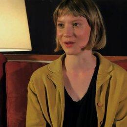Mia Wasikowska über die Arbeit mit den Kamelen - OV-Interview Poster