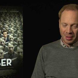 Johann von Bülow (Heinrich Müller) darüber, ob er Elser als Freiheitskämpfer oder als Terrorist sieht, über eine mögliche Aktualität in der Geschichte