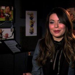 Miranda Cosgrove über Grus Reaktion auf Margos plötzliches Interesse für Jungs - OV-Interview Poster