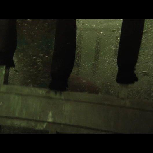 Sara gefangen im Hai-Käfig - Szene Poster