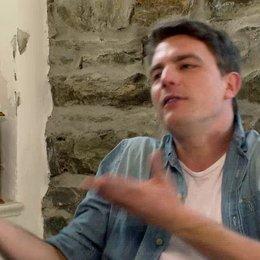 Friedrich Mücke über die Beziehung zwischen Klaus und Viktor - Interview Poster
