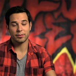 Skylar Astin über den Mix von Humor und Gefühl im Film - OV-Interview