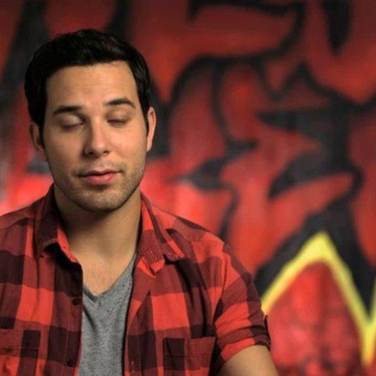 Skylar Astin über den Mix von Humor und Gefühl im Film - OV-Interview Poster