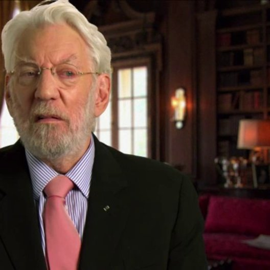 Donald Sutherland - Präsident Snow - über die Entwicklung von Präsident Snow und Katniss - OV-Interview Poster