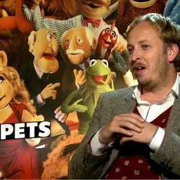 James Robin (Regisseur) über die Zusammenarbeit mit Puppen und Schauspielern - OV-Interview Poster